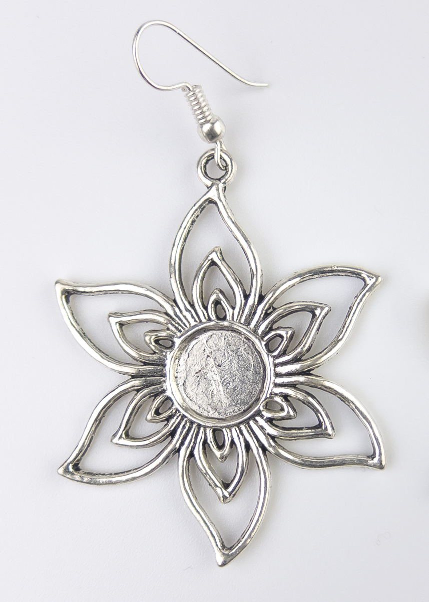 Silberfarbener Ohrring in Form einer großen Blume. Handmade und Fairtrade aus Indien