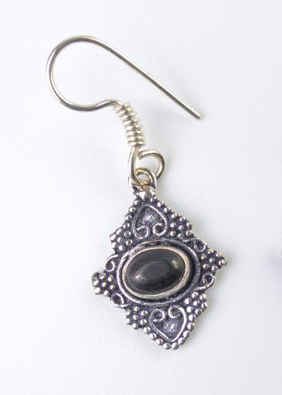 Kleiner Ohrring mit schwarzem Stein