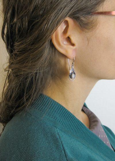 Ohrringe mit Blatt und weißem Stein fairtrade