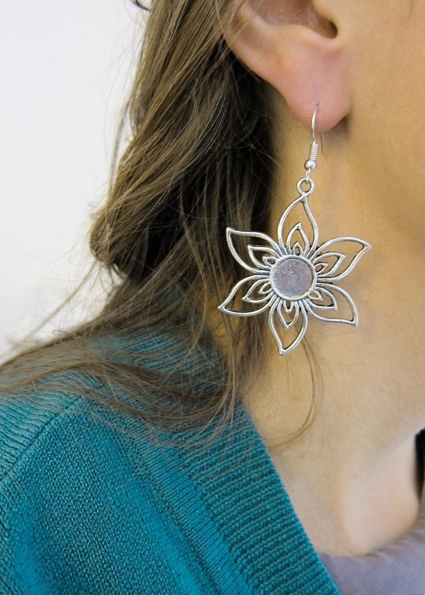 Ohrring mit großer Blume von Green Size