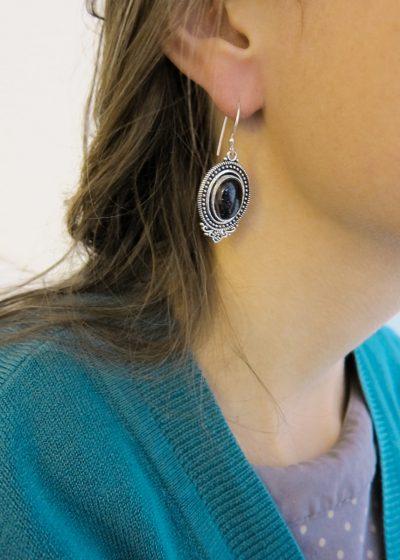 Ohrring mit großem schwarzem Stein
